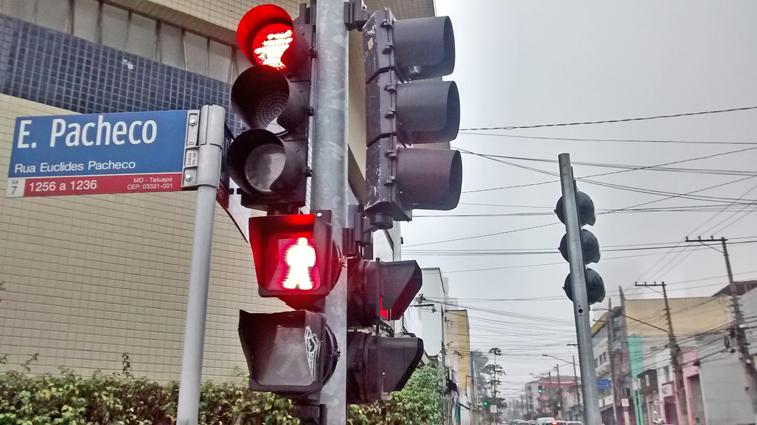 Desafio à lógica: quem autorizou e instalou este semáforo de coluna na contramão da Rua Apucarana? Foto: aloimage