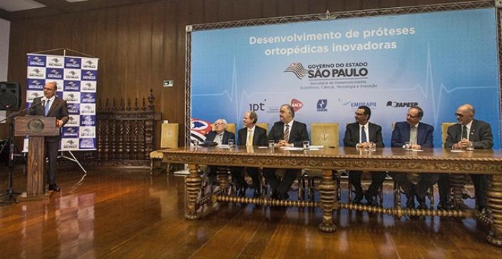 Governador Geraldo Alckmin, na cerimônia de apresentação do projeto de prótese à laser. Na mesa (da direita para a esquerda): José Goldemberg, Pedro Wongtschowski, Márcio França, Tadeu Carneiro, Norberto Farina e Fernando Landgraf . Foto: Leandro Negro/Agência FAPESP