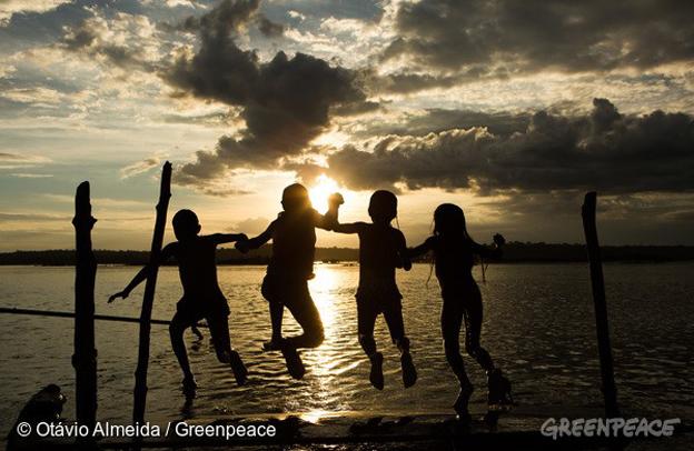 Crianças Munduruku na aldeia Dace Watpu. O povo Munduruku habita a Terra Indígena Sawré Muybu, no coração da Amazônia, há gerações. Mas seu modo de vida está ameaçado pelos planos do governo brasileiro de construir um complexo de barragens na bacia do Rio Tapajós. Os Munduruku exigem a demarcação deste território. Munduruku children at Dace Watpu village. The Munduruku people have inhabited the Sawré Muybu Indigenous Land, in the heart of the Amazon, for generations. The Brazilian government plans to build a series of dams in the Tapajós River basin, which would severely threaten their way of life. The Munduruku demand the demarcation of their territory, which would ensure protection from such projects. Foto: © Otávio Almeida/Greenpeace