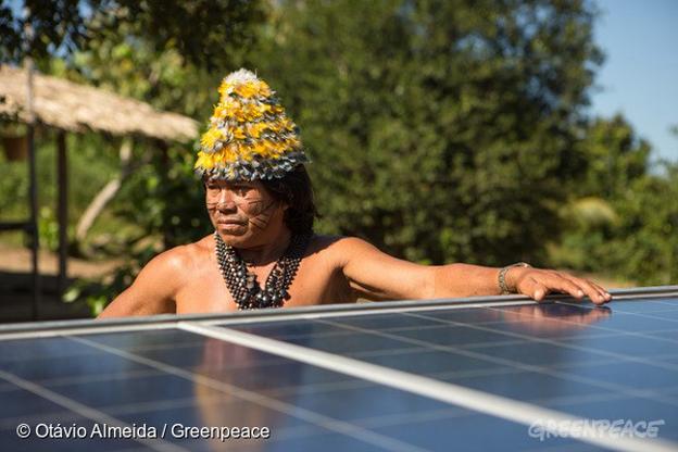 Instalação de placas fotovoltaicas para geração de energia solar, na aldeia Dace Watpu. O povo Munduruku habita a Terra Indígena Sawré Muybu, no coração da Amazônia, há gerações. Mas seu modo de vida está ameaçado pelos planos do governo brasileiro de construir um complexo de barragens na bacia do Rio Tapajós. Os Munduruku exigem a demarcação deste território. Greenpeace activists and Munduruku install solar panels at Dace Watpu village. The Munduruku people have inhabited the Sawré Muybu Indigenous Land, in the heart of the Amazon, for generations. The Brazilian government plans to build a series of dams in the Tapajós River basin, which would severely threaten their way of life. The Munduruku demand the demarcation of their territory, which would ensure protection from such projects. Foto: © Otávio Almeida/Greenpeace