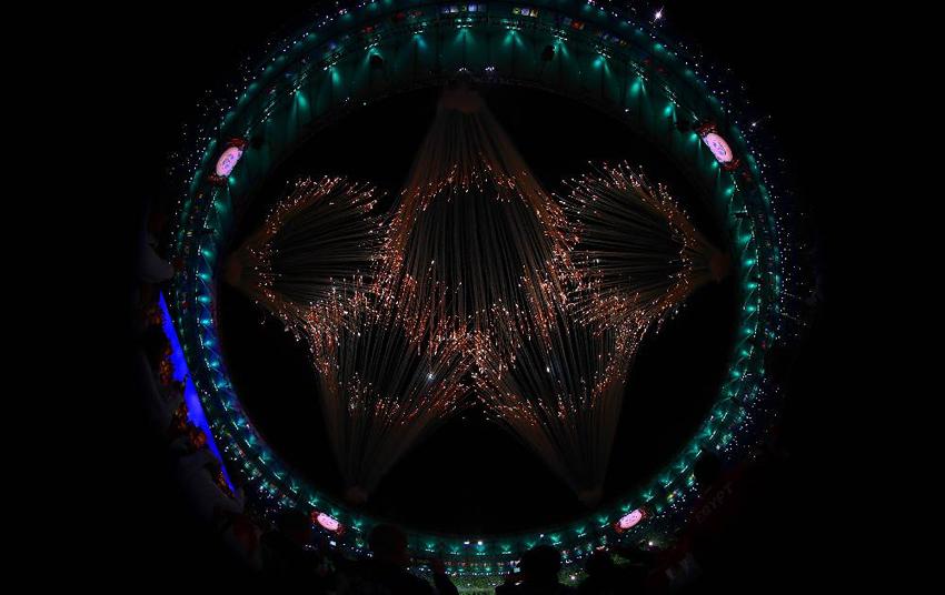 Fogos iluminam o céu carioca com a imagem dos aros Olímpicos (Foto: Getty Images/Ezra Shaw)
