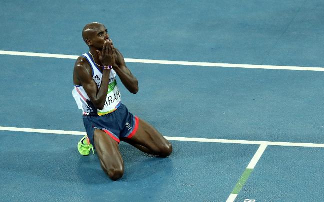 Mo Farah celebra ajoelhado o bicampeonato Olímpico. Foto: Getty Images/Ezra Shaw