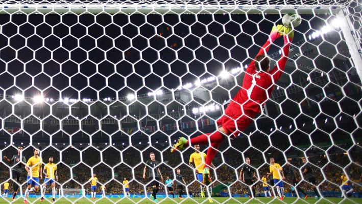 Goleiro alemão Timo Horn até que tentou,mas não conseguiu alcançar a bola, depois do chute excepcional de Neymar que ainda deu um toque na trave antes de entrar.Foto: Getty Images / Paul Gilhan