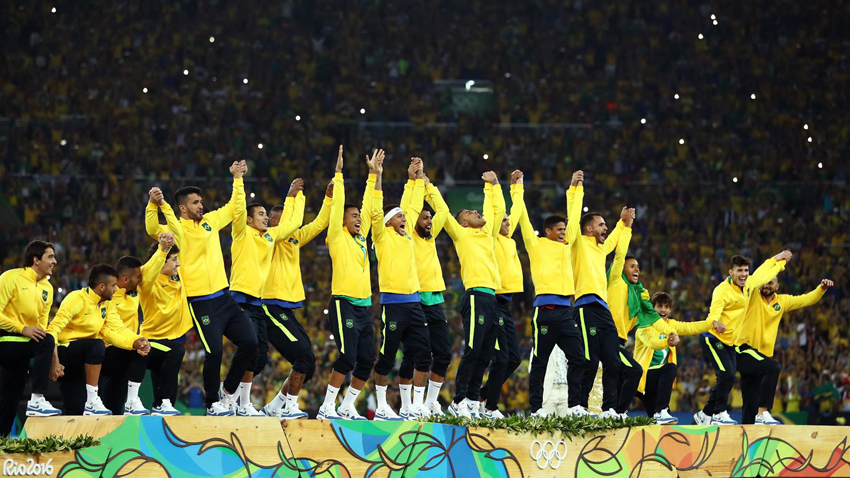 Jogadores da Seleção Brasileira de Futebol chegam para receber a inédita medalha de ouro. Foto: Getty Images / Laurence Griffiths
