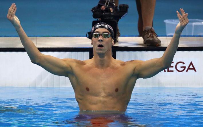 Phelps chama a torcida para vibrar com ele: 21º ouro garantido. Foto: Getty Images/Phil Walter