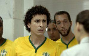 Em um dos vídeos, Rafael Portugal é um atleta com dificuldade para fazer o exame antidoping. Foto: Divulgação
