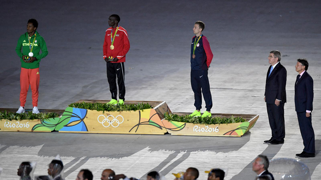 Medalhas da maratona: Feyisa Lilesa da Etiópia (prata); Eliud Kipchoge do Quênia (ouro) e Galen Rupp dos EUA (bronze). Foto: Getty Images/Pascal Le Segretain