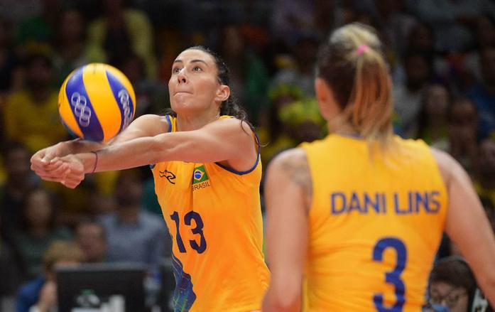 Maior pontuadora da partida com 14 pontos, Sheilla faz a defesa. Foto: FIVB
