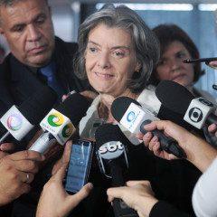 """""""O cala-boca já morreu"""", reafirma Cármen Lúcia em encontro sobre imprensa"""