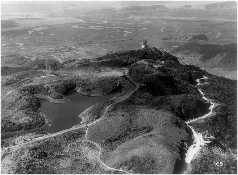 Vista aérea da Usina Henry Borden. No centro, a Casa de Válvulas e, mais abaixo, algumas linhas de transmissão. S.d. Foto: Acervo FES