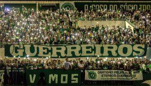 Na Arena Condá, torcedores da Chapecoense prestam homenagem às vítimas do acidente na Colômbia. Foto: Agência Brasil / Daniel Isaias