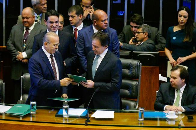 Chefe da Casa Civil, o ministro Eliseu Padilha entrega a mensagem de Temer ao presidente do Senado, Eunício Oliveira. Foto: Roque de Sá/Agência Senado