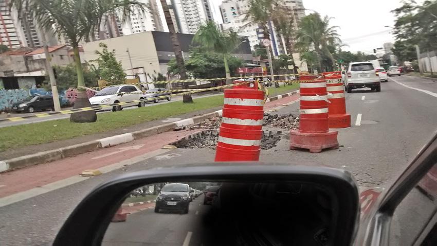 Obra largada pela metade piora o trânsito carregado para quem se dirige ao Jardim Anália Franco: congestionamentos desde a Rua Serra do Jairé. Foto: aloimage