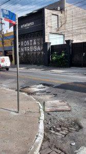 Quem precisa fazer a conversar na Rua Ibó também corre riscos, já que os motoristas não têm alternativa. Situação exige prudência. Foto: aloimage