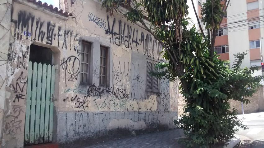 Casa antiga no Tatuapé totalmente pichada. Deterioração da memória e da arquitetura. Foto: aloimage