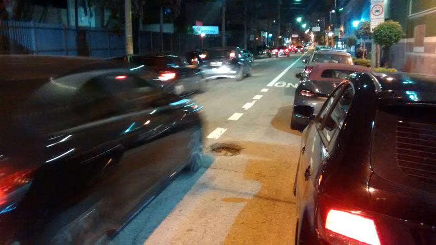 Rua Padre Adelino esquina com Avenida Álvaro Ramos: buraco se alastra e surgiu de repente há três semanas. Foto: aloimage