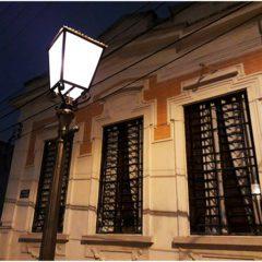 Poste a gás centenário é instalado no bairro da Penha, na Capital