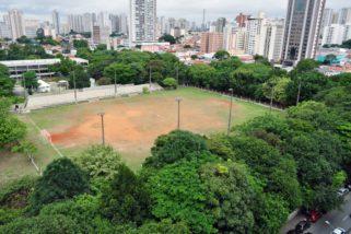 Tatuapé: Um parque abandonado pela Prefeitura e a sujeira por trás dos tapumes