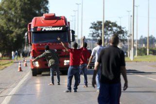 Caminhoneiros protestam em 13 estados contra preço do diesel