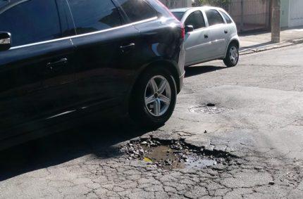 Buracos proliferam e quem padece são os motoristas