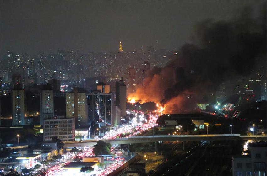 Favela do cimento desaparece sob cinzas