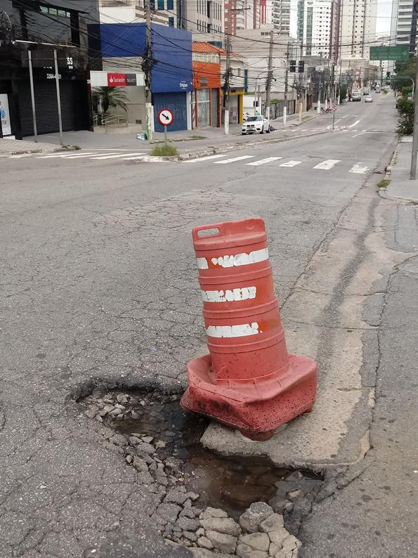 Buracos na Rua Emília Marengo esquina com Rua Itapura: a cena se repete