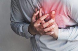 Jantar tarde e pular o café da manhã aumenta risco de morte em vítimas de infarto