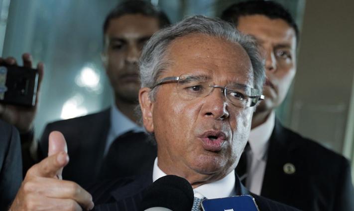 Preço do petróleo cai e bolsas globais despencam, Guedes diz que a crise afetará menos o Brasil