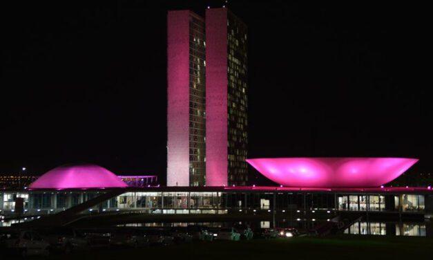 Congresso é iluminado em rosa para campanha contra câncer de mama