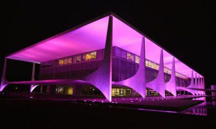 Outubro Rosa ilumina prédios públicos de Brasília