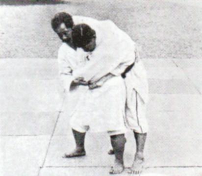 Aplicação da ténica Uki-goshi. Foto: Wikipedia